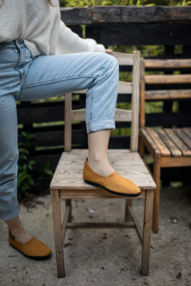 """Botties® Inspiration – Robuste Sohle DIY Schuhe – Slipper / Espadrilles – genähte Botties – Senfgelber Webstoff 350g """"Rom"""" von Swafing – Anleitungen und Schnittmuster"""